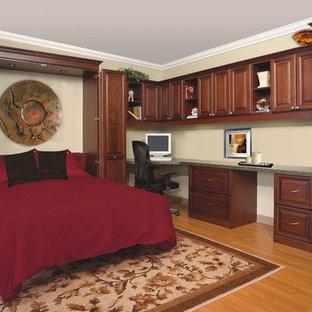 Foto på ett mellanstort vintage gästrum, med beige väggar, mellanmörkt trägolv och brunt golv