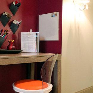 Diseño de dormitorio contemporáneo, pequeño, con paredes grises y moqueta