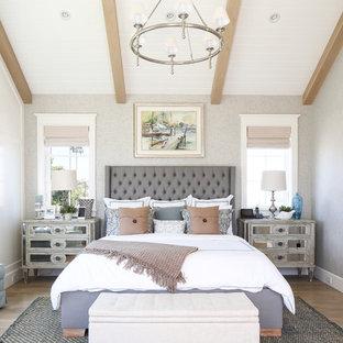 Maritimes Hauptschlafzimmer mit grauer Wandfarbe in Orange County