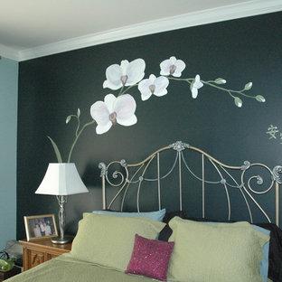 Esempio di una camera matrimoniale etnica con pareti nere e moquette