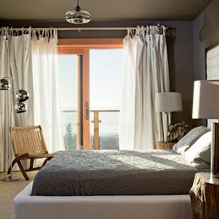 Diseño de dormitorio rústico con paredes grises