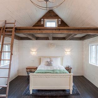 Diseño de dormitorio campestre, de tamaño medio, con paredes blancas y suelo de madera oscura
