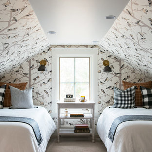 Modelo de habitación de invitados clásica, pequeña, sin chimenea, con paredes multicolor