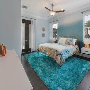 オーランドの中サイズのコンテンポラリースタイルのおしゃれな客用寝室 (青い壁、濃色無垢フローリング、暖炉なし、茶色い床) のレイアウト
