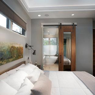 他の地域の中サイズのコンテンポラリースタイルのおしゃれな主寝室 (グレーの壁、濃色無垢フローリング、暖炉なし、茶色い床)