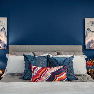 Inspiration för små moderna huvudsovrum, med blå väggar