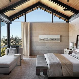 Ispirazione per una camera matrimoniale design di medie dimensioni con pareti beige, soffitto in legno, travi a vista, soffitto a volta, pavimento in legno massello medio e pavimento marrone