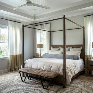 Modernes Schlafzimmer mit grauer Wandfarbe, braunem Holzboden, braunem Boden, Holzdielendecke und eingelassener Decke in Tampa