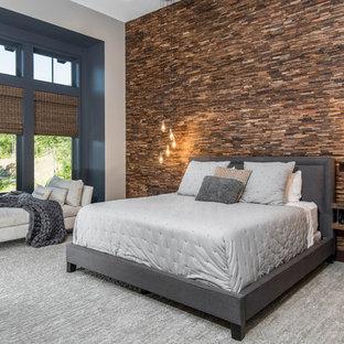 Неиссякаемый источник вдохновения для домашнего уюта: большая хозяйская спальня в стиле рустика с ковровым покрытием, серым полом и разноцветными стенами без камина