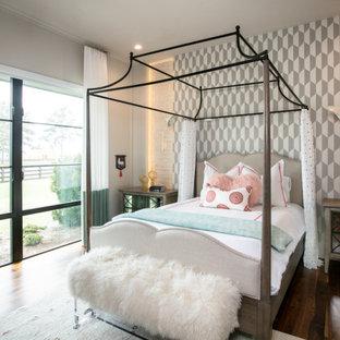 Ispirazione per una camera da letto eclettica con pareti bianche, parquet scuro, pavimento marrone e pareti in mattoni