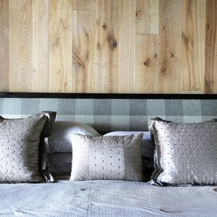 Imagen de dormitorio principal, urbano, grande, con paredes blancas, suelo de madera en tonos medios, chimenea tradicional y marco de chimenea de piedra