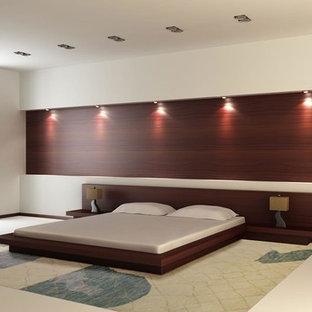 Imagen de dormitorio principal, minimalista, extra grande, con paredes marrones, suelo de baldosas de cerámica y suelo beige