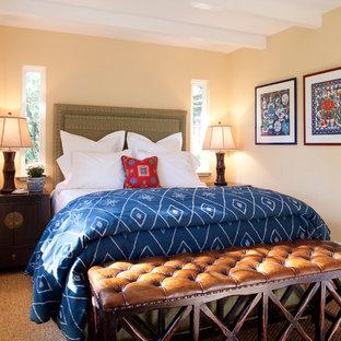 サンフランシスコの中サイズのコンテンポラリースタイルのおしゃれな客用寝室 (黄色い壁、無垢フローリング) のインテリア