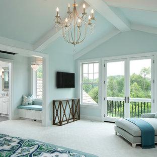 Foto de dormitorio clásico renovado, grande, con paredes azules, moqueta, chimenea tradicional y marco de chimenea de piedra