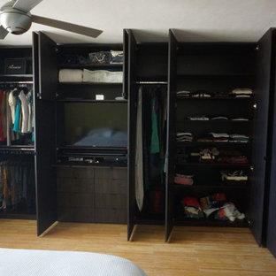 Imagen de dormitorio principal, actual, grande, sin chimenea, con suelo de bambú