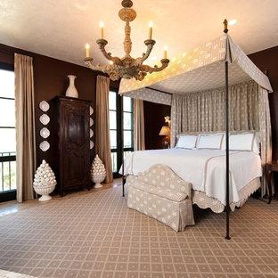 Modelo de habitación de invitados tradicional, grande, con paredes marrones y suelo de travertino