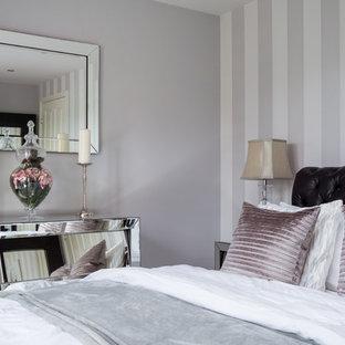 Ejemplo de dormitorio principal, minimalista, pequeño, con paredes multicolor y moqueta