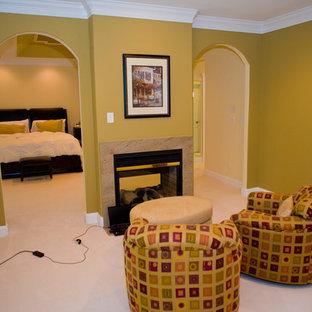 Idee per un'ampia camera matrimoniale classica con moquette e camino bifacciale