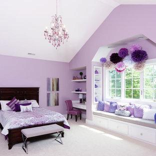 Exempel på ett lantligt sovrum, med lila väggar och heltäckningsmatta