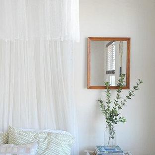 他の地域のエクレクティックスタイルのおしゃれな寝室 (白い壁)