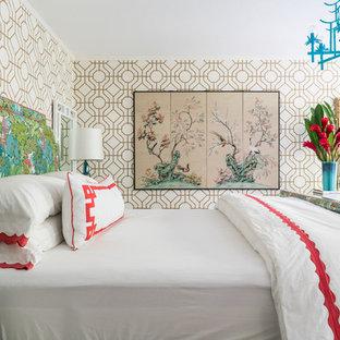 Foto di una camera matrimoniale eclettica di medie dimensioni con pareti bianche, pavimento in vinile e pavimento marrone