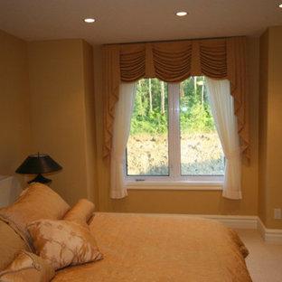 Modelo de habitación de invitados clásica, de tamaño medio, sin chimenea, con paredes beige, moqueta y suelo blanco