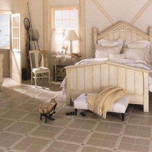 Неиссякаемый источник вдохновения для домашнего уюта: гостевая спальня среднего размера в стиле кантри с белыми стенами, полом из керамической плитки и бежевым полом без камина
