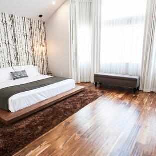 Diseño de dormitorio principal, contemporáneo, de tamaño medio, sin chimenea, con paredes blancas, suelo marrón y suelo de bambú