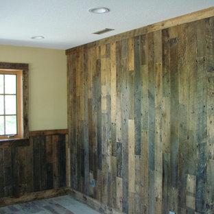 Foto de habitación de invitados rústica, de tamaño medio, sin chimenea, con paredes amarillas, suelo de madera clara y suelo beige
