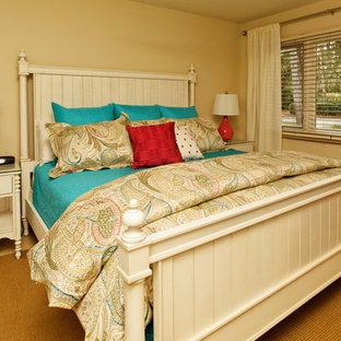 Неиссякаемый источник вдохновения для домашнего уюта: гостевая спальня среднего размера в морском стиле с бежевыми стенами и полом из керамической плитки