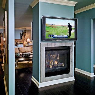 Diseño de dormitorio principal, tradicional renovado, grande, con paredes azules, suelo de madera pintada, chimenea de doble cara y marco de chimenea de baldosas y/o azulejos