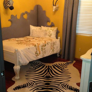フェニックスの中サイズのコンテンポラリースタイルのおしゃれな客用寝室 (黄色い壁、無垢フローリング) のレイアウト