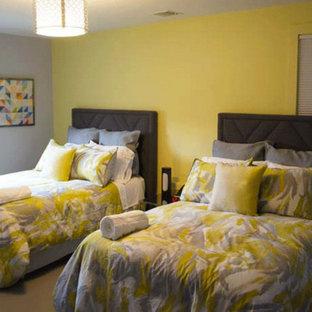 Exempel på ett mellanstort klassiskt gästrum, med gula väggar och heltäckningsmatta