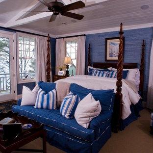 Imagen de dormitorio principal, costero, de tamaño medio, sin chimenea, con paredes azules, moqueta y suelo beige