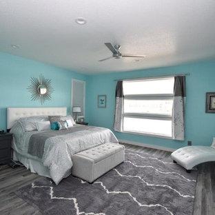 Foto de dormitorio tradicional renovado, de tamaño medio, con paredes azules, suelo vinílico y suelo marrón
