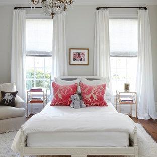Mittelgroßes Shabby-Chic-Style Gästezimmer ohne Kamin mit weißer Wandfarbe und braunem Holzboden in Austin