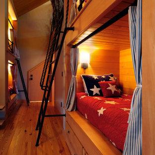 Modelo de dormitorio tipo loft, de estilo americano, de tamaño medio, con paredes marrones, suelo de madera en tonos medios y suelo marrón