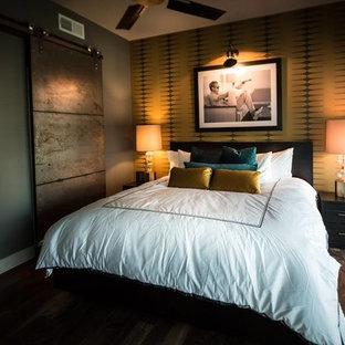 Modelo de habitación de invitados minimalista, pequeña, sin chimenea, con paredes multicolor