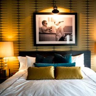 Imagen de habitación de invitados moderna, pequeña, sin chimenea, con paredes multicolor