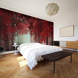 Неиссякаемый источник вдохновения для домашнего уюта: большая хозяйская спальня в стиле модернизм с светлым паркетным полом без камина