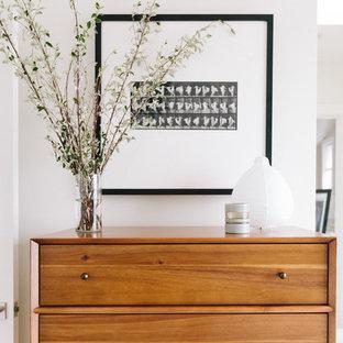 Стильный дизайн: большая хозяйская спальня в стиле ретро с белыми стенами - последний тренд