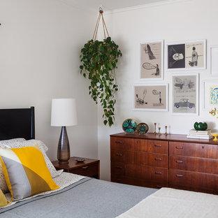 Пример оригинального дизайна: маленькая хозяйская спальня в стиле ретро с белыми стенами и паркетным полом среднего тона без камина