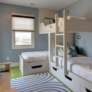 Idée de décoration pour une chambre d'amis marine de taille moyenne avec un mur bleu, un sol en bois brun, aucune cheminée et un sol vert.