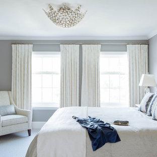 Ispirazione per una grande camera matrimoniale classica con pareti grigie, moquette, nessun camino e pavimento bianco