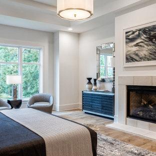 ヒューストンのトランジショナルスタイルのおしゃれな寝室 (白い壁、無垢フローリング、標準型暖炉、茶色い床、折り上げ天井) のインテリア