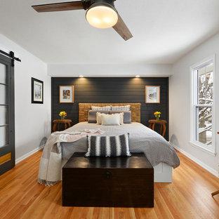 Идея дизайна: маленькая хозяйская спальня в стиле современная классика с белыми стенами, паркетным полом среднего тона и коричневым полом