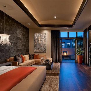 Ejemplo de dormitorio tropical con paredes multicolor y suelo de madera oscura