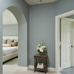 Идея дизайна: большая хозяйская спальня в классическом стиле с синими стенами, ковровым покрытием и белым полом без камина