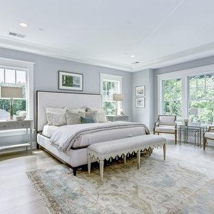 Идея дизайна: большая хозяйская спальня в стиле кантри с серыми стенами, светлым паркетным полом и белым полом