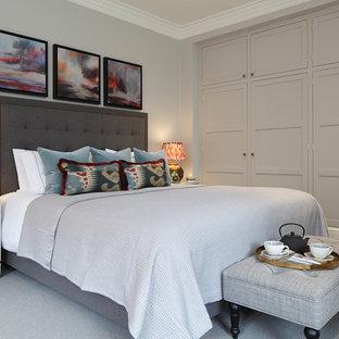 Foto de dormitorio principal, clásico renovado, grande, con paredes grises, moqueta, suelo gris, chimenea tradicional y marco de chimenea de madera